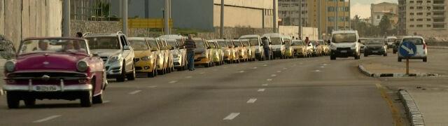 Sankcje USA wywołały kryzys paliwowy. Kierowcy godzinami stoją w ogromnych kolejkach