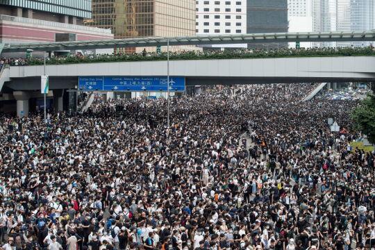 Tłumy protestują na ulicach Hongkongu