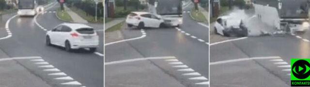 Czołowo zderzyła się z autobusem. Wypadek nagrała kamera monitoringu