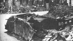 """Resztki czołgu Borgward B IV, który eksplodował przy ulicy Kilińskiego nr. 3, dnia 13 sierpnia 1944 o godzinie 18:07. W eksplozji zginęło ponad 300 osób, około stu z zgrupowania """"Róg"""", wielu z batalionów """"Gustaw"""", """"Wigry"""" i """"Gozdawa"""", oraz pareset osób cywilnych"""