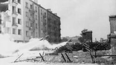 """Ostrzał powstańczych pozycji z wyrzutni rakietowych """"Nebelwerfer"""". Róg ulic Żelaznej i Żytniej na Woli"""