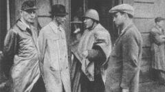 """Generał """"Bór"""" (drugi z lewej) i pułkownik """"Radosław"""" (następny) na odprawie w okolicach fabryki Kammlera przy ul. Dzielnej na Woli"""