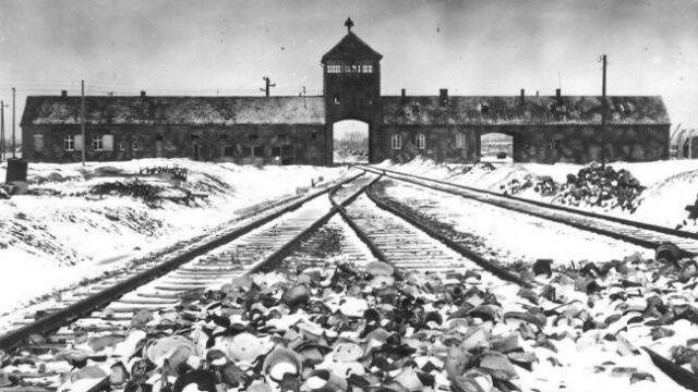 """Ustawa o karaniu za """"polskie obozy śmierci"""" do dalszych prac"""