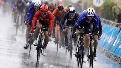 Arnaud Demare najszybszy  w deszczowym Alicante. Bez zmian w czołówce