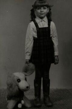 Mała Joanna Mucha i jej pluszowy pies