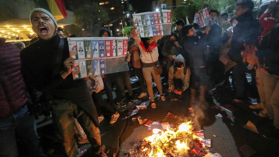 Głosy wciąż niepoliczone. Wyszli na ulice, obawiają się fałszerstw