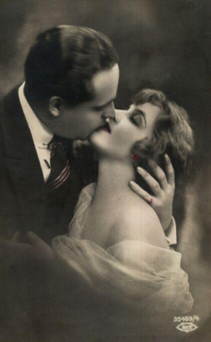 Meżczyzna całujący kobietę z obnażonym ramieniem