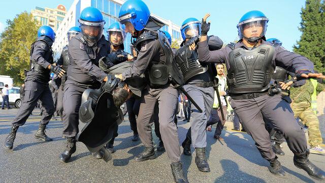 """Pokojowe protesty i brutalna akcja policji. """"Całkowity brak poszanowania praw"""""""
