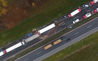 Karambol na S8. Zderzyły się cztery ciężarówki i samochód osobowy