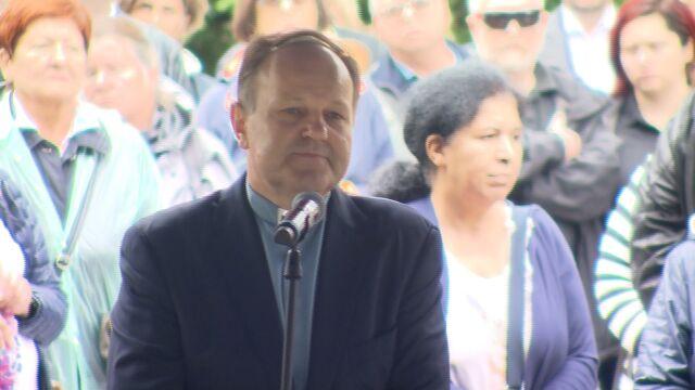Ksiądz Kazimierz Sowa przemawia na pogrzebie Grzegorza Miecugowa