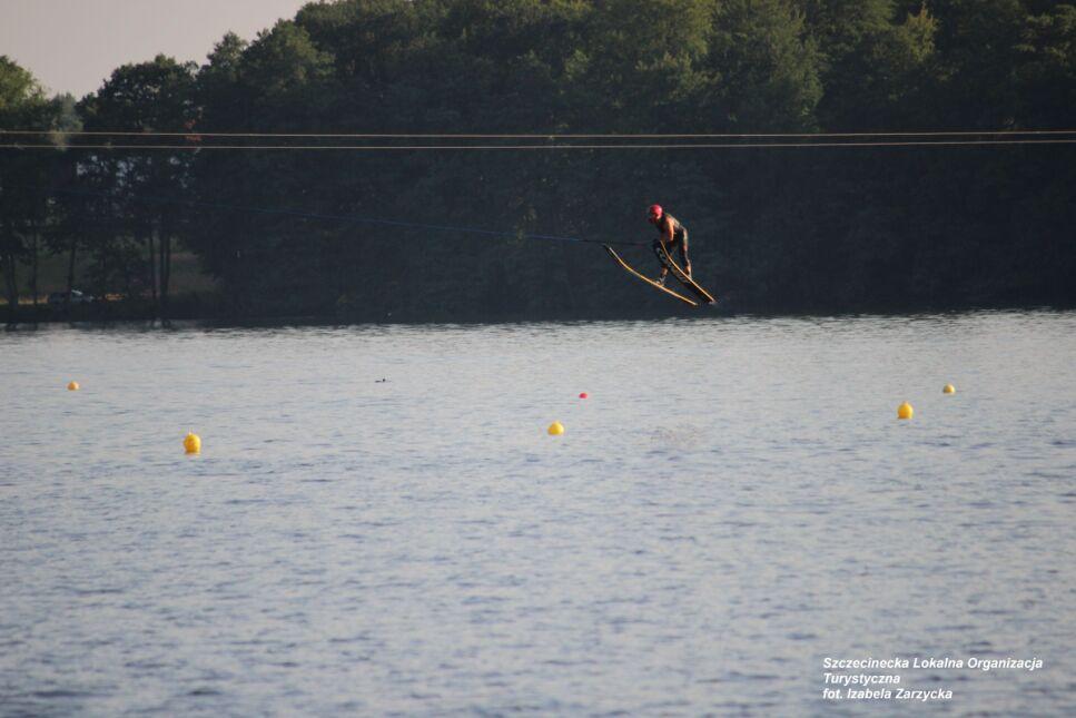 Narty do skakania są dłuższe niz tradycyjne narty wodne