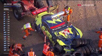Samochód sforsował rzędy opon i wbił się w barierę.