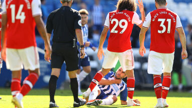 Piłkarz Arsenalu nie wytrzymał i złapał rywala za szyję. Kary jednak nie będzie