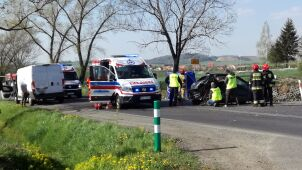 Auto dachowało po zderzeniu. Nie żyje 9-latek
