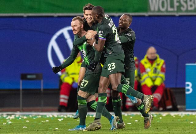 Piłkarze z Wolfsburga pomagają w supermarketach.