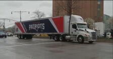 Ciężarówka zespołu New England Patriots przetransportowała maseczki do Nowego Jorku