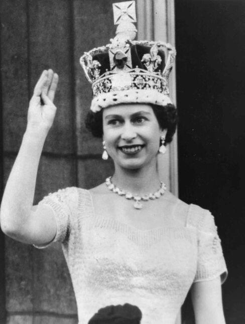 Królowa Elżbieta w dniu Koronacji pozdrawiająca poddanych z balkonu Pałacu Buckingham (2 czerwca 1953)