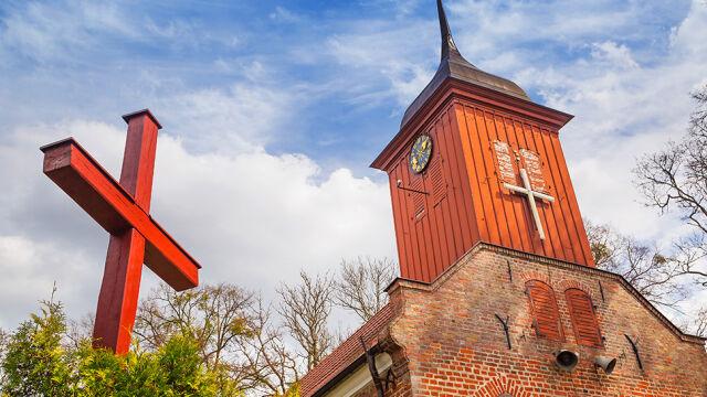 """Sondaż dla """"Faktów"""" TVN i TVN24. 64 proc. badanych: polski Kościół powinien pomóc uchodźcom"""