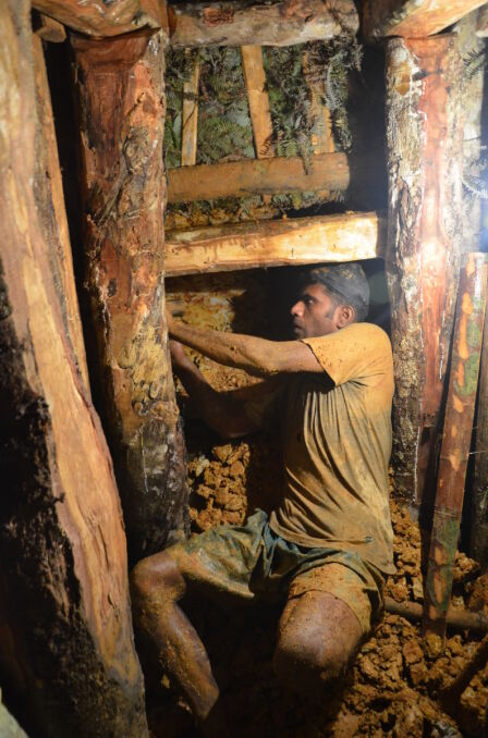 Wnętrze kopalni, praca górnika