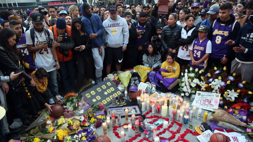 Żegnają Bryanta. Tłumy, kwiaty i znicze przed halą, koszykarze oddali hołd na boisku