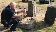 Policjanci odzyskali kilkanaście zabytkowych drogowskazów