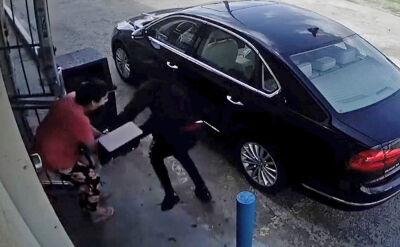 Wyrywali torebkę, próbowali przejechać autem. Brutalny napad na kobietę