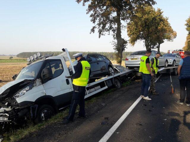 Motocyklista wyprzedzał ciąg samochodów, doszło do tragedii. Trzy osoby nie żyją