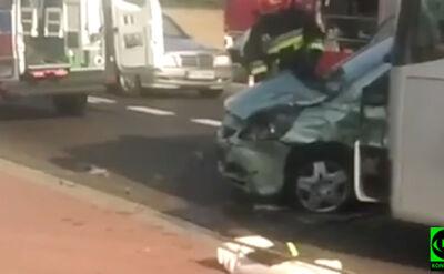Samochód osobowy wjechał w autokar. Ranny kierowca