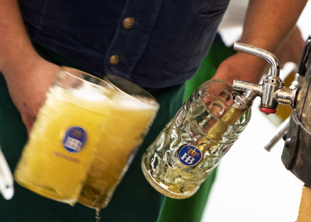 Dwa uderzenia w beczkę i polało się piwo. Festiwal Oktoberfest rozpoczęty
