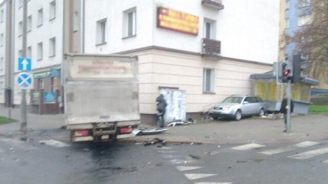 Wymusiła pierwszeństwo i zderzyła się z autem dostawczym. Zniszczone nie tylko samochody