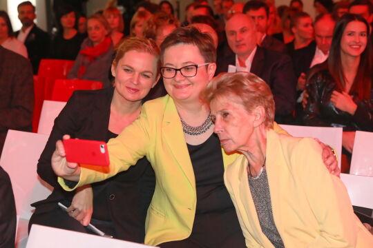 Posłanki Barbara Nowacka, Katarzyna Lubnauer (C) i Iwona Ślesińska-Katarasińska (P) podczas gali wręczenia Nagrody Radia Zet im. A. Woyciechowskiego