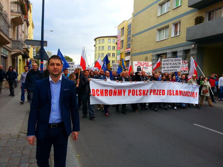 """Patryk Jaki na czele marszu przeciwko """"islamizacji Polski"""". Opole, wrzesień 2015 r."""