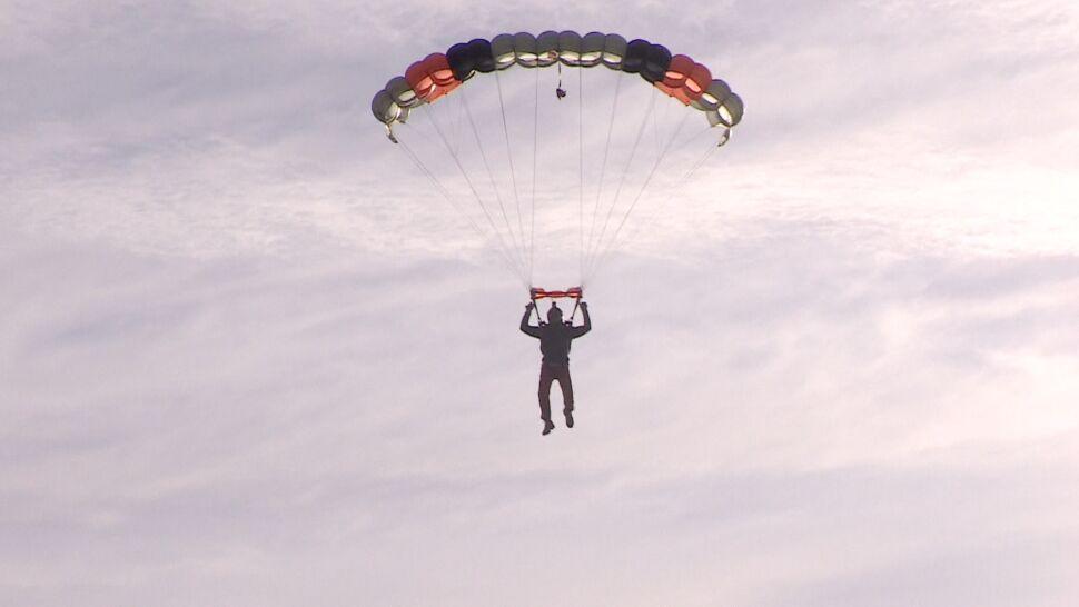 Skoczył 101 razy w ciągu dnia, pobił rekord Europy. Żeby pomóc niepełnosprawnym dzieciom