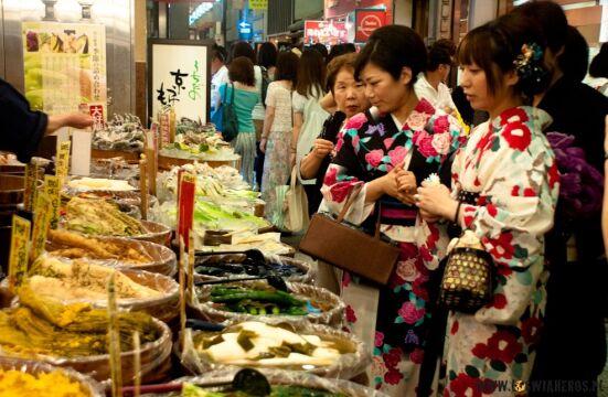 Japonki na targu ubrane w yukata (letnie kimono)