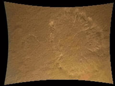 Pył z powierzchni Marsa unoszony przez wydech silnika rakietowego. Łazik jest na wysokości ok 20 metrów