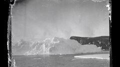 Góra lodowa u wybrzeży Wyspy Rossa. Zdjęcie wykonane prawdopodobnie niedługo po dotarciu Aurory na miejsce.