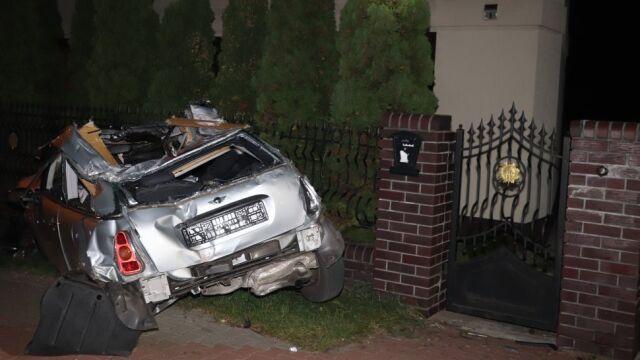 Nie wiadomo, kto kierował. Uderzyli w ogrodzenie, dachowali i obaj wypadli z auta. Młodszy nie żyje