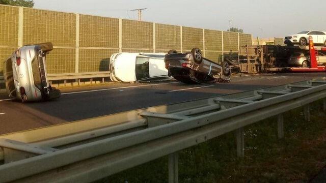 Kierowca w szpitalu, samochody spadły z lawety. Skutki zderzenia na S7