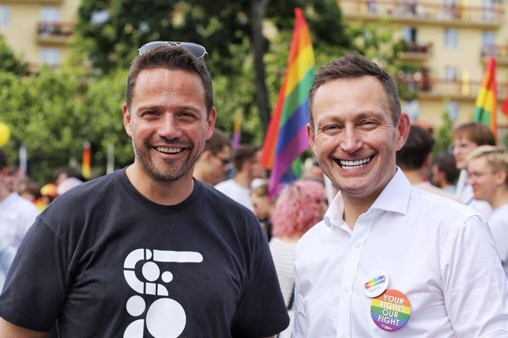 Rafał Trzaskowski wspólnie z Pawłem Rabiejem, kandydatem na wiceprezydenta Warszawy na Paradzie Równości, czerwiec 2018 r.