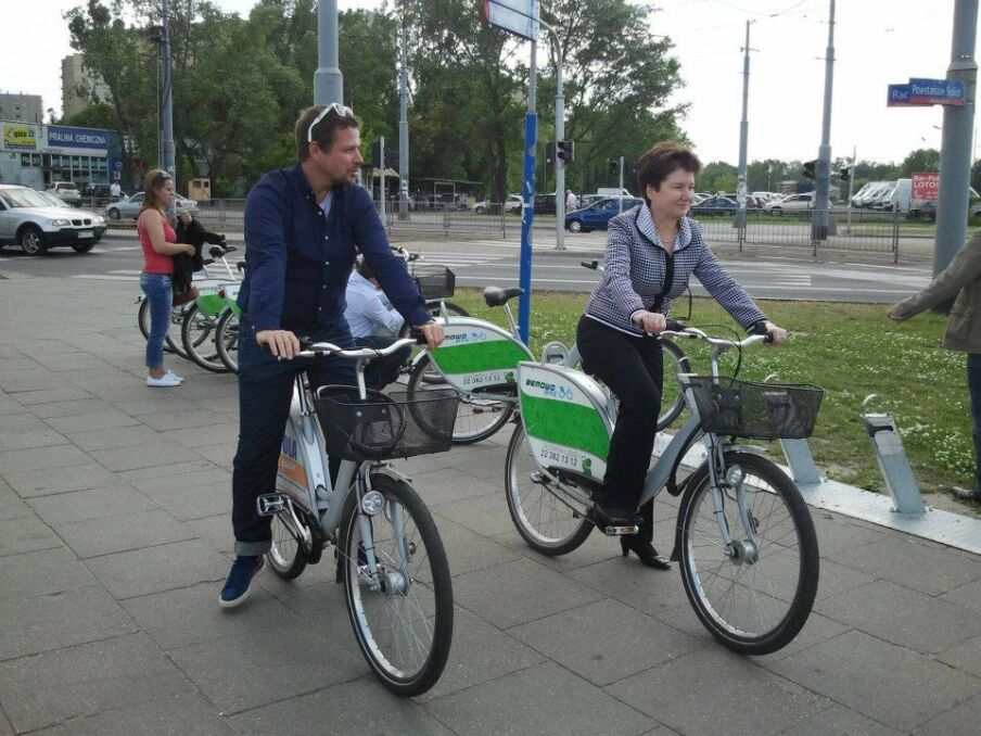 Rafał Trzaskowski z prezydent Warszawy Hanną Gronkiewicz-Waltz na rowerach w Warszawie.
