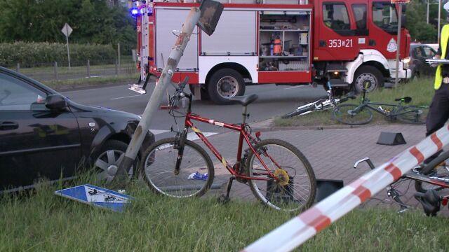 Drogowe domino. Samochód uderzył w słup, a ten runął na rowerzystów. Jedna osoba w śpiączce