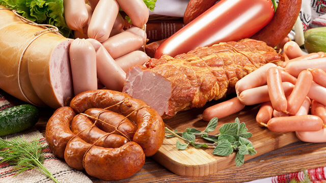 """Kiełbaski i boczek w """"grupie najwyższego ryzyka"""". WHO: """"mięsożercy"""" narażeni na raka"""