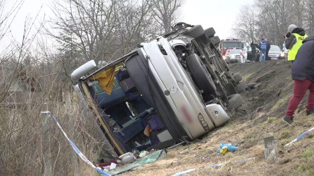 Autokar w rowie, 11 osób rannych.  Jedną zabrało pogotowie lotnicze