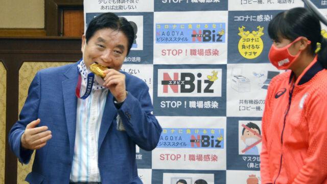 Burmistrz ugryzł olimpijski medal. Wpłynęło kilka tysięcy skarg