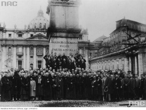 Uczestnicy polskiej pielgrzymki na kongres eucharystyczny w Tunisie podczas pobytu w Rzymie, 1930