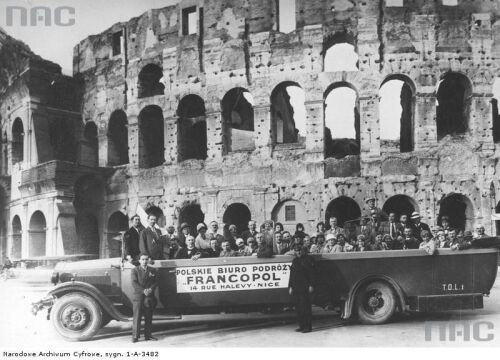 Uczestnicy wycieczki urzędników samorządowych z Poznania w samochodzie biura podróży przed Koloseum, 1930