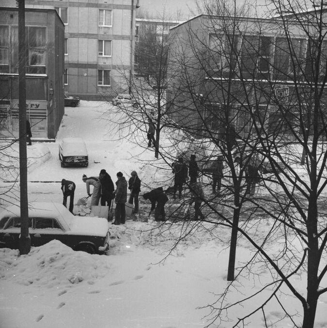 Kolektywne odśnieżanie. Jedna z ulic w Warszawie
