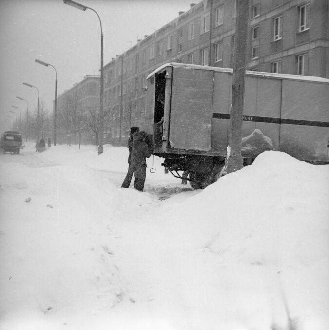 Warszawa, 30 stycznia 1979 r. Rozładunek ciężarówki prosto w zaspę