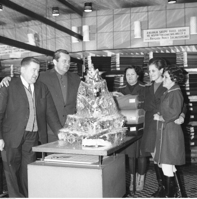 Boże Narodzenie w PRL. Świąteczna dekoracja w jednym ze sklepów