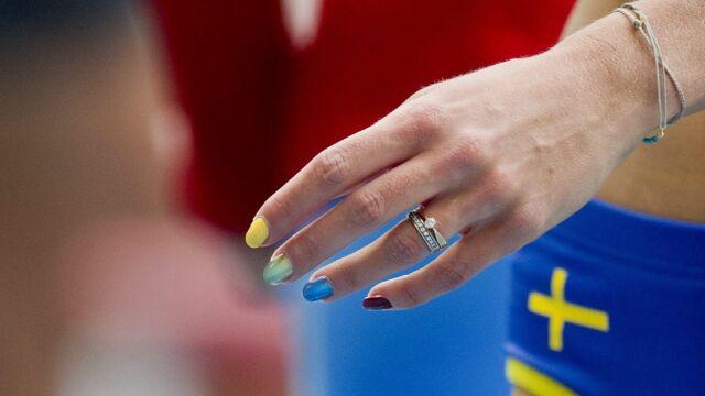 """Wojna o gejów, Putin stawia na swoim. Zamalowała """"tęczowe"""" paznokcie"""